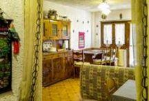 7 Pino / Trilocale con camino e terrazzo nella parte bassa di Pratonevoso. Camera matrimoniale, camera con letto a castello, soggiorno con angolo cottura e divano letto. Posti letto 6. Posto auto. Piste a 250 metri.