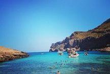 Mallorca / Sommerferie på Mallorca slår aldrig fejl. Det er et populært rejsemål, og vi forstår hvorfor! Her er den børnevenlige strand Alcudia for børnefamilien, romantiske Sollér for parret og Palma for de unge sjæle, som elsker shopping og fest. Se mere på www.apollorejser.dk