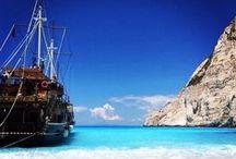 Zakynthos / Under dit ophold på Zakynthos oplever du fine strande, frodige omgivelser og et dejligt klima. På øens vest- og nordkyst hælder klipperne stejlt ned mod havet. Her findes flere fantastiske sandstrande i badebugter, som kun kan nås med båd. Du kan læse mere om Zakynthos her: www.apollorejser.dk/rejser/europa/graekenland/zakynthos
