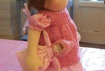 waldorfbasar / Gute Dinge schaffen, mit denen unsere Kinder gerne spielen, schauen und fassen. Aus Naturmaterialien (Wolle, Seide, BAumwolle) zarte Farben und Muster ( kleine Blumen, streifen o.ä.) Keine Polyamiden!  Auf Kinder wirken Reize wesentlich stärker und sie können sie nicht ausblenden.  Das Spielzeug soll sich gut anfassen, denn die Kinder spielen vielleicht im besten Fall stundenlang damit und haben es in der Hand...im Mund...auf der Haut. Sinne beruhigend anregen!