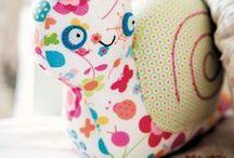 DIY   Nähen - Stricken - Häkeln / Du beschäftigst dich in deiner Freizeit gerne mit Handarbeits Hobbies? Zauberst auf deiner Nähmaschine coole DIYs zum schöner Wohnen oder schicke Klamotten für Kinder? Suchst neue Strickmuster für Schals und Mützen oder Häkelst coole Einhörner, Flamingos etc? Dann bist du auf dieser Pinnwand genau richtig und findest viele Inspirationen für weiter kreative Handarbeitsprojekte.