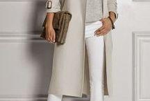 Kledingstijl Klassiek / Elegant / Deze stijl uit zich in orde en netheid en is uiterst smaakvol. Je hebt een voorkeur voor een elegante kledingstijl en je draagt het liefste kledingstukken die van goede kwaliteit zijn. Deze look is absoluut niet ouderwets, maar wel tijdloos. Je hebt liever iets van goede kwaliteit dan een koopje. Als je investeert in enkele klassieke stukken, zit je voor jaren goed! Je houdt niet van schreeuwerige kleuren en patronen en je kleren matchen altijd.