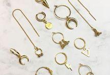 Balihoops oorbellen *BEADIES* zilver en goud / Balihoops oorbellen zijn dé trend, ook wel Bali earhoops. Waarschijnlijk heb je dat al wel gemerkt. Bij Beadies hebben we een aantal varianten die allemaal van 925 zilver of van verguld zijn met een sterke plating. Ze zijn erg geschikt om te combineren met andere oorbellen. Goede kwaliteit en very stylish! De nieuwste sieraden trends en inspiratie vind je hier. Met veel liefde voor jou uitgezocht.