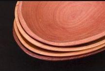 Tallado en madera / El tallado en madera dentro de la cultura mapuche tiene principalmente dos vertientes: una escultórica y otra utilitaria. Dentro de los objetos utilitarios se destacan platos, fuentes, pocillos, cucharones y asientos. Mientras tanto, entre las piezas escultóricas, se encuentran importantes objetos rituales como el Rewe o el Chemamull (tronco tallado usado en ritos funerarios) y las máscaras rituales o Kollon, utilizadas en el Nguillatún.