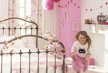 Collection : OH LA LA / Gaie et pétillante comme le rire d'une #enfant, notre #collection OH LA LA offre une gamme exclusive et complète de #papierspeints, #tissus, #stickers, #frises adhésives et #panoramiques. Du rose poudré au doré irisé, du dessin naïf à l'esprit street art, sa variété de motifs et de thèmes vous permet d'imaginer une #décoration de #chambre qui répond parfaitement aux envies de votre petite #fille.