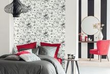 Collection : SHADES / En revisitant le Noir et Blanc, la collection SHADES explore la gamme chromatique et propose une palette nouvelle de nuances subtiles. Du salon à la cuisine, de la chambre au bureau, les papiers peints en intissé facile à poser personnalisent votre décoration et la révèle au gré de motifs variés et de lumineux ornements géométriques.