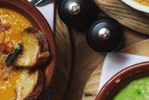 Jamies Italian Russia / Jamie's Italian — рестораны легендарного шеф-повара Джейми Оливера (Jamie Oliver) — уже завоевали тысячи поклонников по всему миру благодаря исключительной кухне, доброжелательному сервису и доступности. Основа их меню – типичная итальянская еда, приготовленная с заботой и поданная без лишних условностей. Это семейные рестораны с открытой кухней и свежеприготовленной домашней пастой. Санкт-Петербург, Конюшенная площадь, 2 www.jamiesitalian.ru