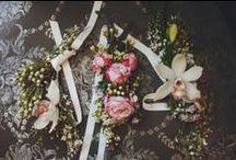 Бутоньерка невесты от Цветочного домика Ginza / В зависимости от формы, бутоньерку невесты можно носить на руке, в прическе или украсить ею низ платья. Если невеста решила не надевать фату, бутоньерка может статья ярким акцентом прически, стоит только закрепить ее на виске или вплести в косу.   Свежие цветы станут лучшим украшением для любой девушки! Наши флористы помогут вам не только подобрать составляющие бутоньерки, но и оформить ее в подходящем для свадебного наряда стиле.