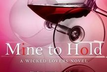 Mine to Hold (Wicked Lovers Book 6) / A friend's duty. A lover's desire.