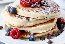 ~ Breakfast...Ontbijt ~ / Mijn voorkeur; havermoutpap. Voor de nodige verandering: Griekse yoghurt en veel vers fruit. Eigen gemaakte granola...overheerlijk. In het weekend; Pannenkoeken...jammie!