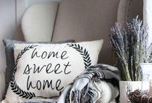 ~ Home Sweet Home ~ / Je thuis voelen in je eigen huis...omring je met je eigen spulletjes die je dierbaar zijn zoals foto's, prullaria maar ook bloemen geven je een thuisgevoel. Ook ben ik zeer nieuwgierig wat er achter iemands deur zit.