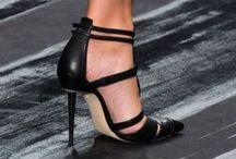 Shoes to Love / Erst der Schuh verleiht dem Outfit seine Aussage. Mit einer Ausnahme .... Barfuss am Strand oder im Regen tanzend ;-)