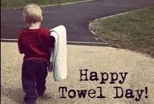 25 maggio: Towel Day / Nel 2001, due settimane dopo la morte dello scrittore Douglas Adams, i suoi fan hanno istituito questo 'giorno dell'asciugamano' in ricordo dell'autore della famosissima 'Guida galattica per gli autostoppisti' in cui l'asciugamano riveste un ruolo importante. Festeggiate con noi! Postate le vostre foto sulla nostra pagina facebook https://www.facebook.com/SBVinTasca