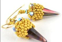 Spike beads / Jsou mačkané korálky ve tvaru trnů (bohemian spikes - spiked beads).  http://www.fajnekorale.cz/cs/hledat?search_query=spike