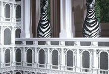 Cole & Son Tapeten / Der britische Traditionshersteller wurde 1873 gegründet. Bis heute produziert er seine Tapeten in traditionellen Druckverfahren. Viele klassische Muster von Cole & Son zierten oder zieren sogar die Wände des Buckingham Palaces und des Weißen Hauses.   In den 1950er- und 1960er-Jahren entstanden unter anderem die Vintage-Tapete Woods oder die Shabby-Chic-Tapete Hick´s Hexagon. Weitere berühmte Muster sind vom Grafiker Piero Fornasetti inspiriert oder wurden von Vivienne Westwood entworfen.