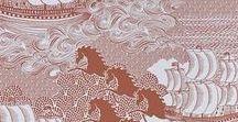 Nobilis Tapeten / Die französische Tapetenmarke Nobilis wurde 1928 von Adolphe Halard in Paris gegründet. Von Anfang an verband sie die Eleganz traditioneller Muster und Farben mit internationalen Designeinflüssen und technischer Innovation. Führende Innenarchitekten nutzen die Kollektionen von Nobilis, um Räumen jenen französischen Flair zu verleihen, für den die Marke seit vielen Jahrzehnten international hoch geschätzt wird.