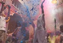 Emotionalisierung // Werbestrategie / Werbung versucht in der Regel ein Gefühl zu erzeugen oder anzusprechen. Die Mittel dazu sind vielfältig. Die folgenden Beispiele zeigen wie Emotionalisierung erreicht wird über den Filmschnitt, die Verbindung zwischen Musik und Bild, die starke Konzentration auf menschliche Grundbedürfnisse, oder stark emotional aufgeladene Motive.