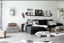 Livingroom / Black and white, tavlar och ramar i massor och kanske lite guld eller koppar.