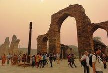 Qutub Minar w Delhi / Jedno z najważniejszych historycznych miejsc w Delhi: ruiny pierwszego meczetu, najwyższa kamienna wieża w Indiach, nierdzewiejąca starożytna żelazna kolumna