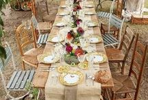 Christmas_Outdoor Lunch Ideas / The beauty of having a hot Christmas is that we can enjoy our lunch in our backyards. Take a look at some of these beautiful table settings for some Christmas inspiration!