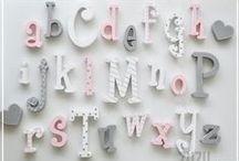 Alfabet do powieszenia na ścianie / Alfabet do powieszenia na ścianie w pokoju dziecięcym ale także doskonale nadaje się jako pomoc naukowa w szkole. Oczywiście istnieje możliwość wykonania w dowolnej kolorystyce.