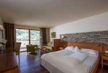 Camere e suite / 49 comode ed eleganti camere e suite a tema, tutte con balcone che si affaccia sul panorama delle Dolomiti