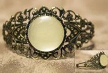 Button Design Cuff Bracelets / Beautiful buttons set in an antiqued metal cuff