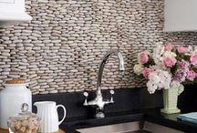 Backsplash Design Using Stone Tile / Ideas for creating great kitchen backsplash design using natural stone, marble, pebbles, and more.