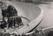 Vajont / Il disastro del Vajont fu l'evento occorso la sera del 9 ottobre 1963 nel neo-bacino idroelettrico artificiale del Vajont, a causa della caduta di una colossale frana dal soprastante pendio del Monte Toc. La conseguente tracimazione dell'acqua contenuta nell'invaso, con effetto di dilavamento delle sponde del lago, ed il superamento dell'omonima diga, provocarono l'inondazione e la distruzione degli abitati del fondovalle veneto, tra cui Longarone, e la morte di 1.917 persone