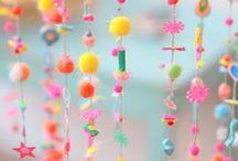 DIY Deko Girlanden / Dekoration mit Girlanden. Ob selbstgemachte Tasselgirlanden, oder gekaufte Pompom Girlanden. Hier sammel ich alle Ideen rund ums Thema Girlande. basteln, Girlande Geburtstag, Hochzeit Girlande, Kinderzimmer Girlande, Weihnachten, Garten,