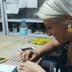 María Torné / Quién: María Torné. Por qué: Porque es un claro exponente de la joyería hecha en porcelana en España y porque queríamos conocer de cerca su inspiración. Dónde: En su estudio de la calle San Vicente Ferrer 46.