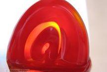 Fotos de Colores del Cristal / LOS COLORES DEL CRISTAL:    Lo cierto y lo posible juntos,   Densidad y sutileza a un tiempo,    La forma y el color hechos materia,   Evocar la fragilidad atrapada en la densidad.   Sílice, fuego, maleabilidad, destreza, intención,... conciencia.   Cristal evocador,   Fuego purificador, el color hecho materia.   Atrapar con sutileza el instante a través del Arte.