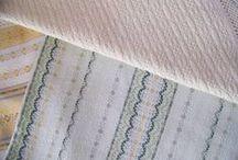 Tissage main - Hand woven textile / Boutique d'un tisserand à Quintin (22). Il tisse sur un métier à tisser à bras et son épouse confectionne des articles de linge de maison. Très fin, très beau. Hand woven textile