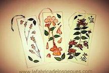 Marcapáginas con flores secas