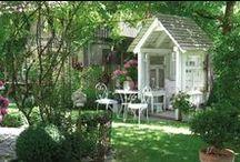 Garten: Häuschen & Pavillons / Welcher Gartenbesitzer träumt nicht von einem exklusiven Teehaus, einem kuscheligen Pavillon oder einer luftigen Laube? Zumal die Schmuckstücke eine willkommene Möglichkeit bieten, uns bei Wind und Wetter im Garten aufzuhalten.