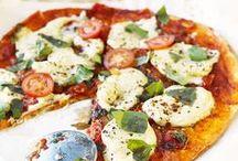 Gastlichkeit: Pizza / Knuspriger Boden und leckerer Belag – so lieben wir die Pizza. Die Rezepte kann jeder nachkochen und dann nach Herzenslust selbst belegen. Mit Gemüse, Fisch, Käse, Speck oder vegetarisch – ganz nach Gusto!