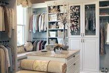 Wohnen: Ankleidezimmer / Chic, ordentlich, individuell: Kleiderschränke erweisen sich als wahre Allrounder. Freilich gibt es noch mehr Möglichkeiten, unsere Lieblingskleidung auszustellen.