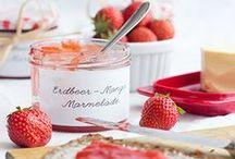 """Gastlichkeit: Erdbeeren / Keine andere Frucht verkündet derart den Sommerbeginn. In Form köstlicher Desserts, Smoothies, Kuchen und Torten versetzt und die """"Königin der Beeren"""" in eine wohlige Vorahnung."""