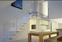 Γυαλινα καγκελα / Το κρύσταλλο στα κάγκελα δίνει ανάλαφρη και μοντέρνα όψη στο κτίριο.