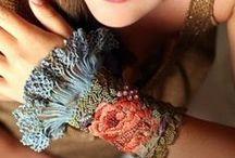 Bijoux tissu, laine, papier ..récup  fait maison  !!