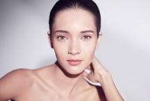 Z Clarins Ci do twarzy / Delikatne oczyszczenie rano i wieczorem to podstawa, dzięki której Twoja skóra będzie wyglądała świeżo, promiennie i nienagannie. Łagodzące formuły Clarins wzbogacone o składniki roślinne poradzą sobie nawet z wczorajszym makijażem, zanieczyszczeniami i martwymi komórkami. Rytuał pielęgnacji zakończ jednym z bezalkoholowych Tonizujących Balsamów Clarins, aby  Twoja skóra stała się miękka, świeża i idealna.