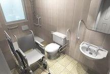 Łazienka dla niepełnosprawnych / Wyposażenie WC, uchwyty dla niepełnosprawnych, krzesełka prysznicowe. Przykłady aranżacji toalety dla niepełnosprawnych.