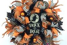 Halloween Wreaths for Front Door / Whether spooky or fun, hanging a Halloween wreath on your door is a great way to greet those ghouls and goblins in the hood coming to call for the trick-or-treat loot! These wreaths are made by Julie Siomacco of Southern Charm Wreaths www.southerncharmwreaths.com