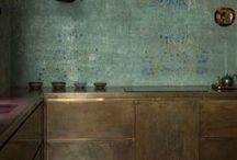 die küche als solche / wichtigster raum im haus- zumindest für die meisten von uns. funktionalität und gemütlichkeit sind wichtig . und wer in seiner küche isst oder zeitung liest, braucht auch einen komfortablen sitzplatz.sich von gängigen einrichtungen freizumachen ist nicht leicht, aber in kleinen küchen ist genügend stauraum fast nur durch die klassische einbauküche zu schaffen.