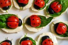 Gesundes Essen für Kids / eine schön gestaltete Lunchbox oder ein liebevoll gestalteter Obstteller sehen toll aus, schmecken gut und sind zudem gesund! Hier eine bunte Mischung unserer Favoriten.