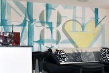 GLAMORA - SIGNS - / İtalya'nin ünlü dizayn stüdyolarının onayladığı desenlerle birlikte ünlü tasarımcı Karim Rashid'in desenlerini de içeren, verilen ölçülere göre desenlerin özel olarak ayarlandığı, ipek ve keten hissi veren vinil dokulu duvar kağıtlarına olarak yüksek baskı kalitesiyle üretilen duvar kağıdı http://www.hdgroup.com.tr/urunler.aspx?iid=312