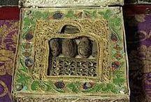 L'or l'Encens et la Myrrhe des Rois Mages — Gold, Frankincense and Myrrh of the Magi / Arrivèrent les trois mages, qui avaient connu par les anges et par l'étoile la naissance du Sauveur. Ils gouvernaient trois états voisins l'un de l'autre, mais très peu étendus. Ils se connaissaient entre eux et ils s'étaient entretenus plusieurs fois./...Ils partirent en même temps de leurs états, sans rien savoir les un des autres et chacun prépara l'or, l'encens et la myrrhe conduit par l'esprit de Dieu dans le choix de ces dons mystérieux.