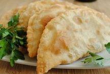 Чебуреки и их братья / Чебуре́к — традиционное блюдо многих тюркских и монгольских народов. Представляет собой пирожок из пресного теста с начинкой из мясного фарша