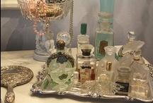 ACCESSOIRES DE BEAUTE   / Poudriers, peignes, miroirs, parfums,  objets raffinés, parfums que j'aime.