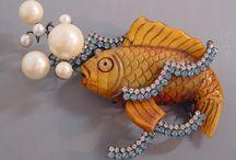 BIJOUX EN BAKELITE, CELLULOID, PLASTIQUE, IVORY,CORAL, RESINE, WOOD ..... / Des bijoux colorés, vintage, contemporains .........